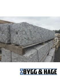 Portstolpe med hull 400x400x2000mm naturlig hugget granitt